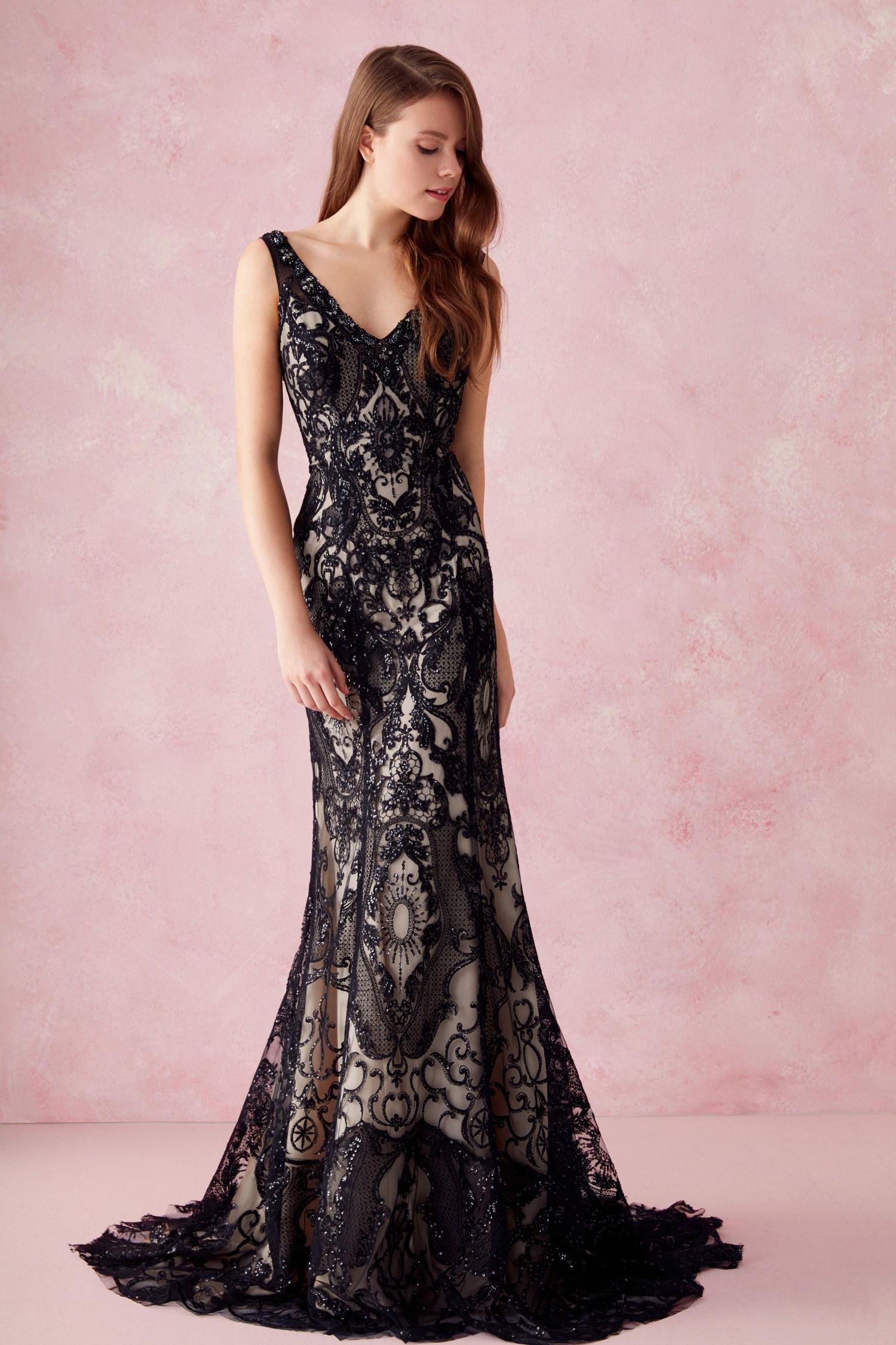 فستان أسود طويل من الدانتيل المعلق
